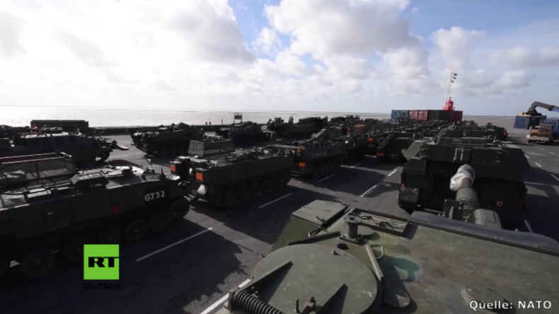 Britische Militär-Fahrzeuge werden über Emden nach Estland gebracht.