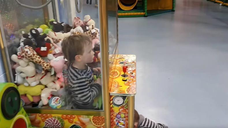 Game over – Kleinkind will Plüschtiergreif-Automaten ausplündern und wird selbst zur Beute [VIDEO]