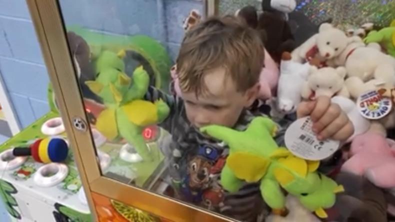 Dreijährigem gelingt es, in einen Greifarm-Automaten einzudringen.