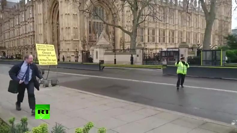 Menschen rennen unmittelbar nach Terror-Angriff in London um ihr Leben.