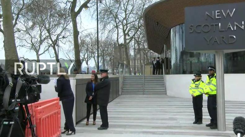 Medienvertreter warten auf erneute Presseerklärung vor dem New Scotland Yard Gebäude.