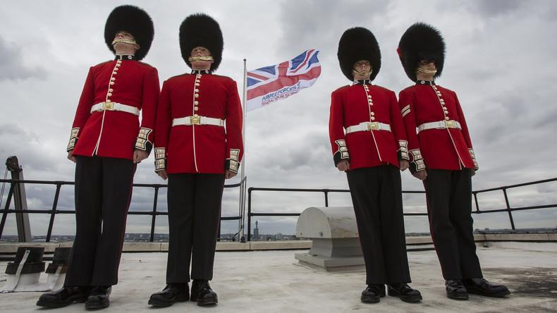 Gestandene Männer verstehen keine Witze: Scots Guard vertreibt Besucher vor laufender Kamera [VIDEO]