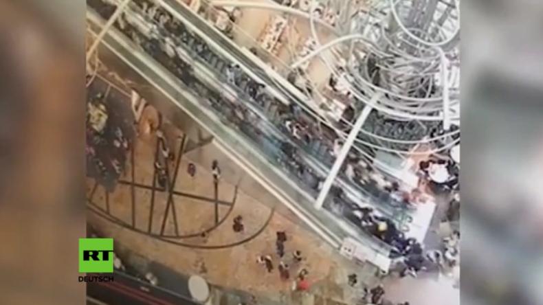 Rolltreppe in Hong Kong ändert plötzlich Richtung und beschleunigt.