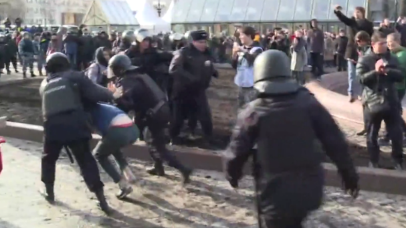Polizisten nehmen Demonstranten in Moskau fest.