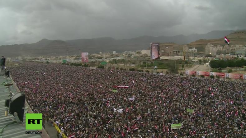 Hunderttausende protestieren am Sonntag in Saana gegen den Krieg durch Saudi Arabien.