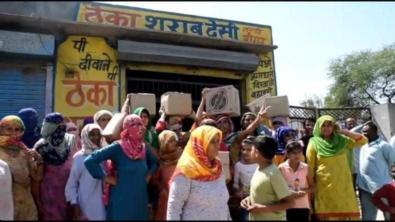 Indische Frauen verbrennen Alkohol und verprügeln betrunkene Männer