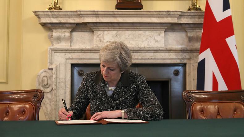 Großbritanniens Premierministerin unterzeichnet Brexit-Antrag