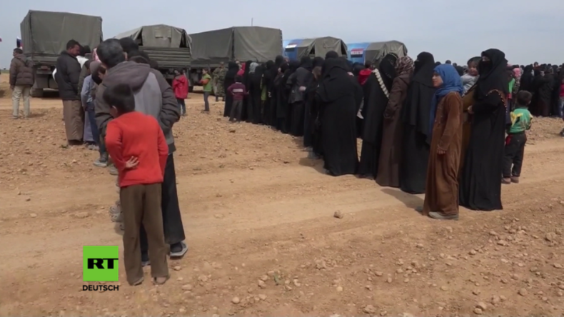 Russische Militärs verteilen humanitäre Hilfslieferungen an Binnenflüchtlinge in Syrien.