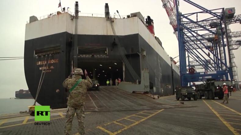 US-Frachter mit Militärgerät wird im Hafen von Danzig entladen.