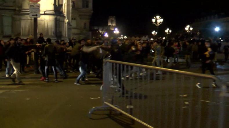 Proteste asiatischer Commuinity in Paris.