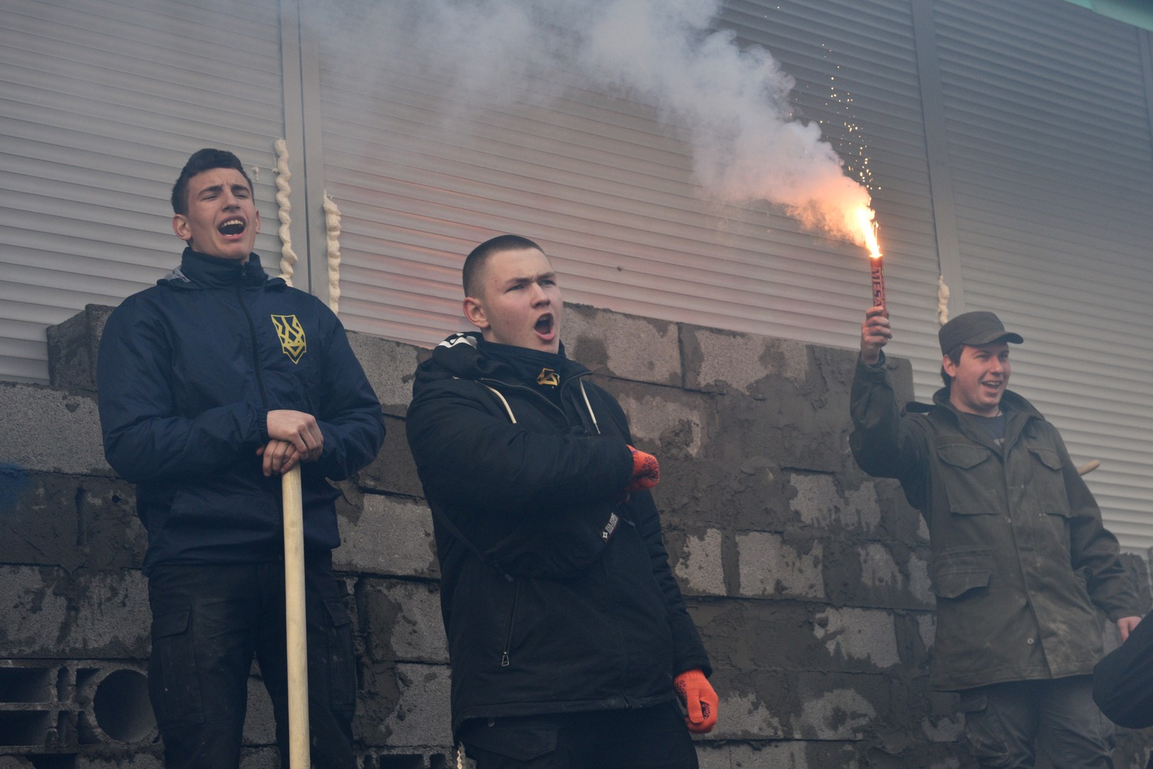 Mit bewährten Mitteln der Blockade: Radikale Nationalisten mauern russische Sberbank in Kiew zu