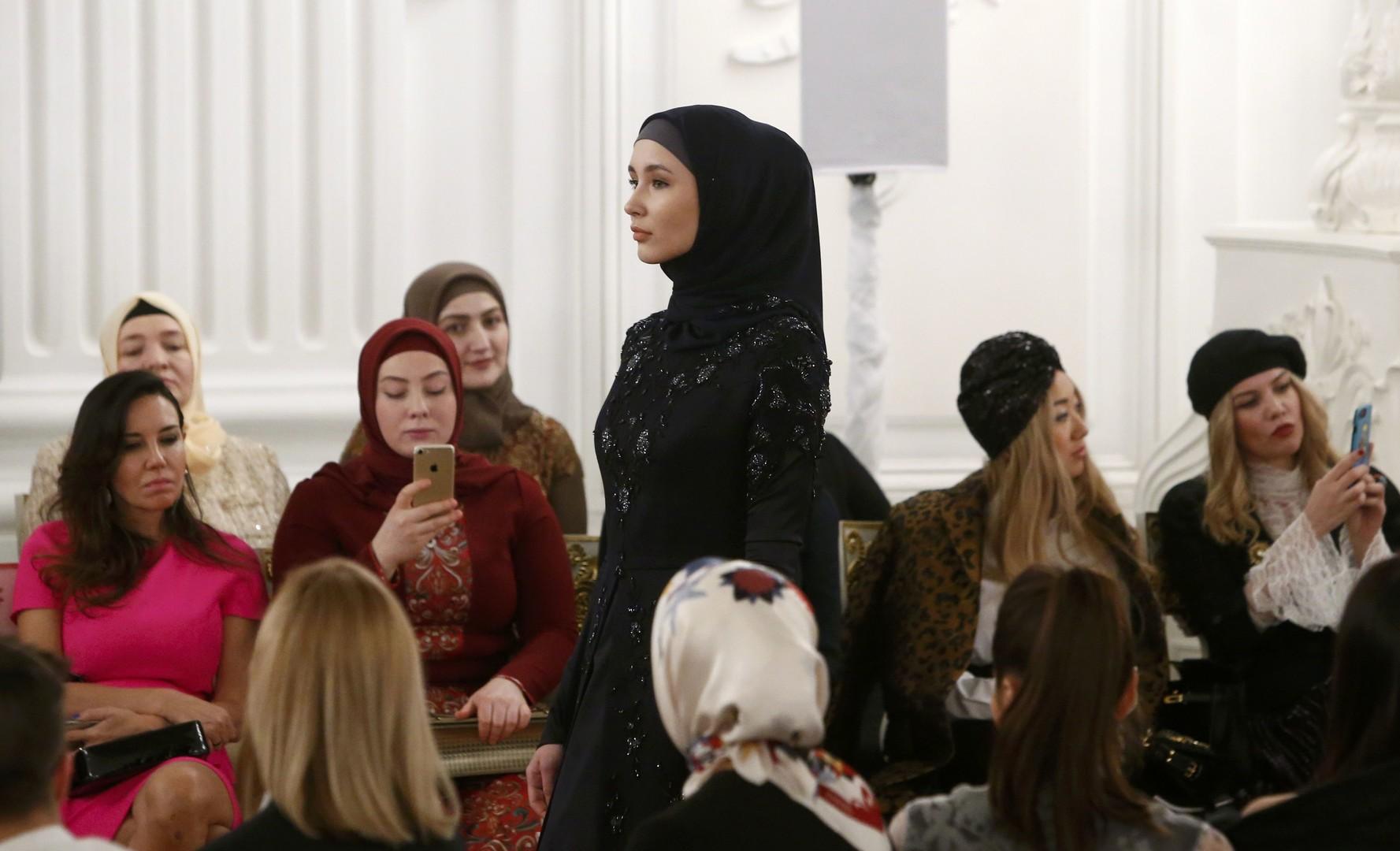 Hijabs Haute couture: Ramsan Kadyrows Tochter präsentiert eigene Mode-Kollektion in Moskau