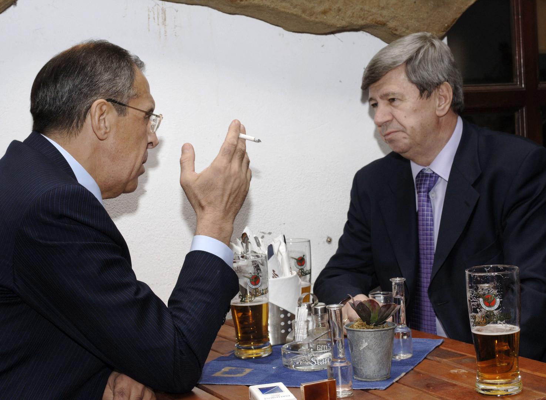 Lawrow bei Zigarrette und Bier mit dem ehemaligen Außenminister der Slowakei, Eduard Kukan. Aufgenommen am 04. April 2006 in Bratislava.