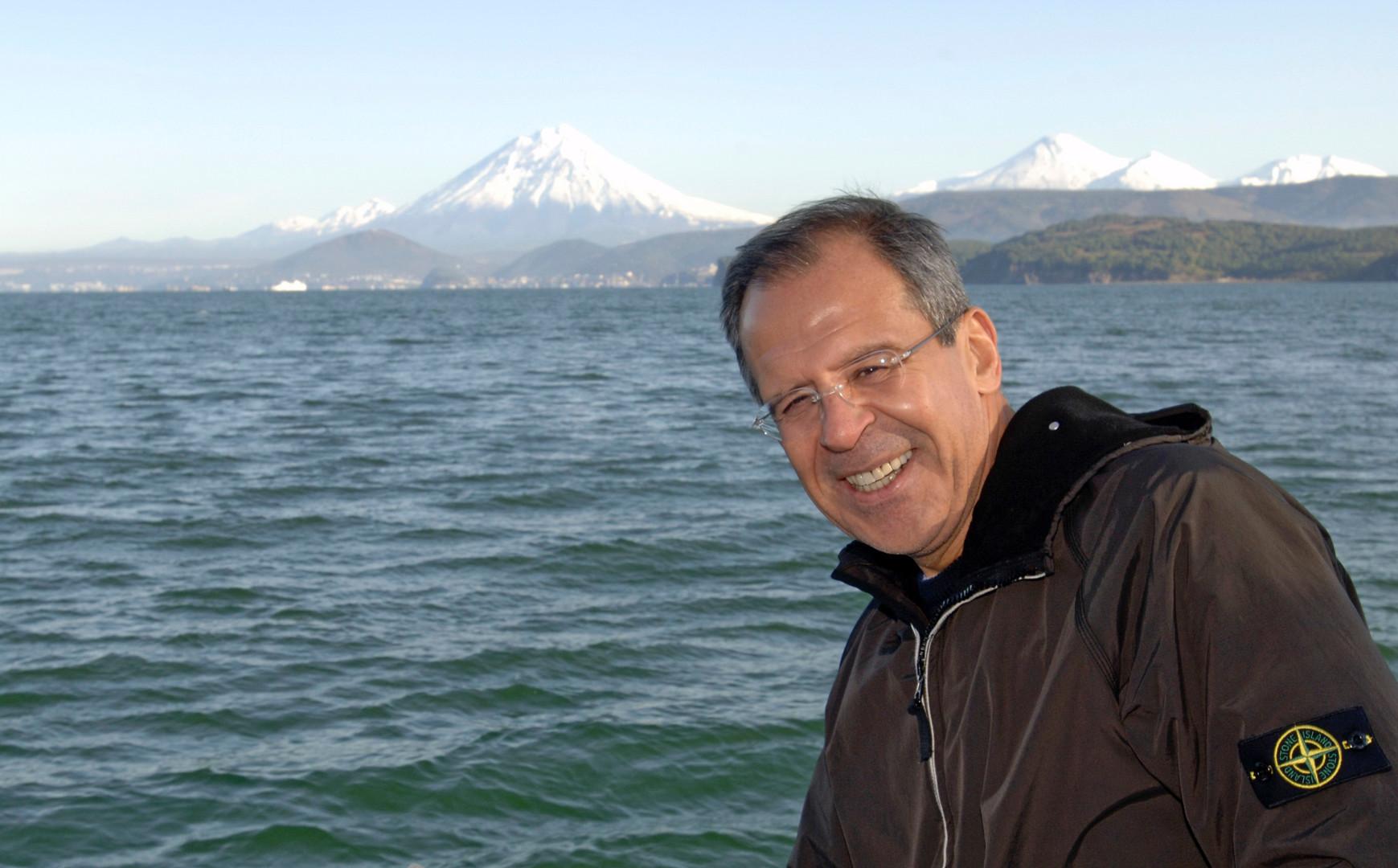 Sergej Lawrow während seiner Reise nach Kamtschatka im November 2006. Die russische Vulkanregion von Kamtschatka, die größtenteils als Naturpark ausgewiesen ist, gehört zum UNESCO Welt-Naturerbe.