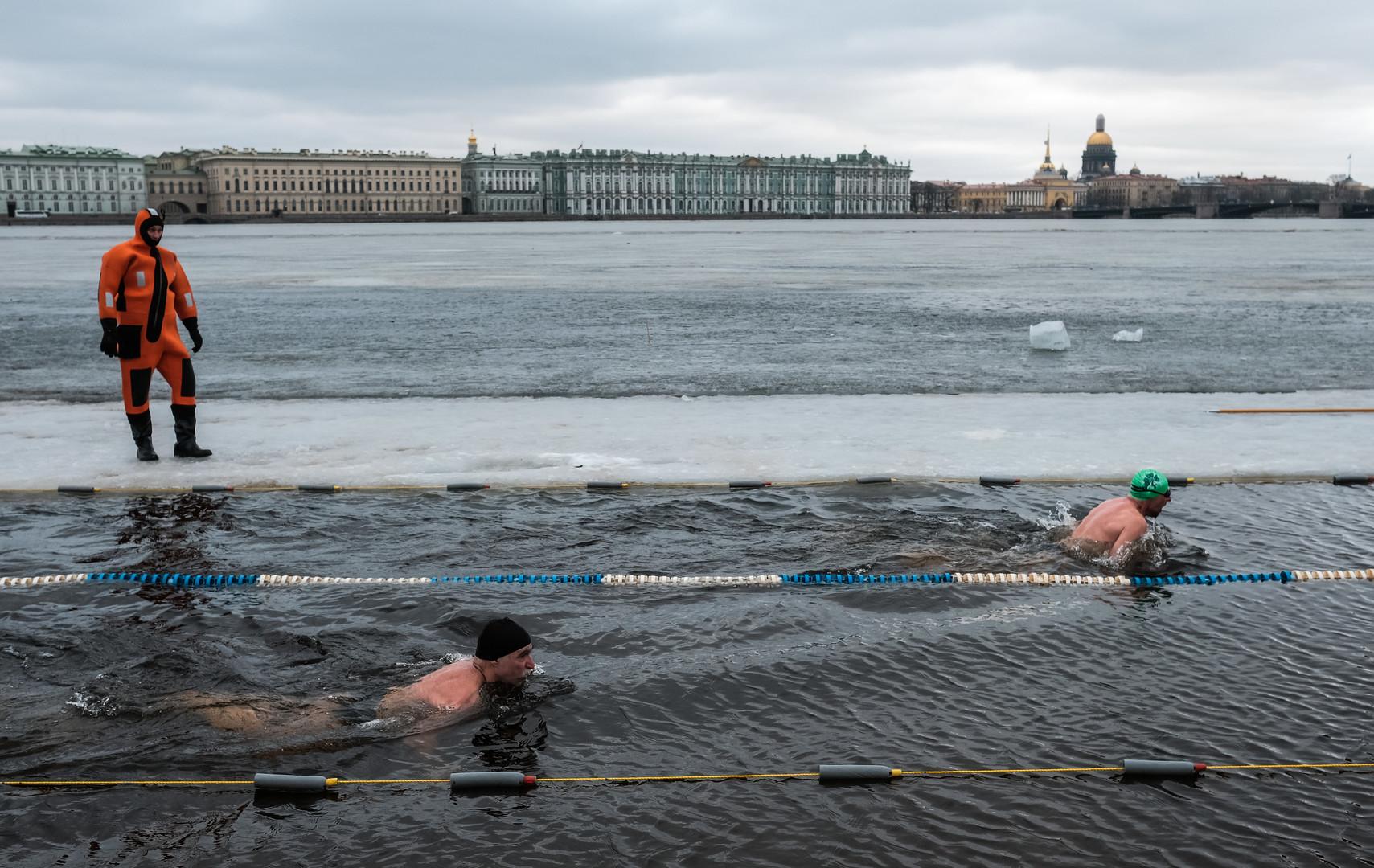 Zwei Schwimmbahnen mit Ausblick
