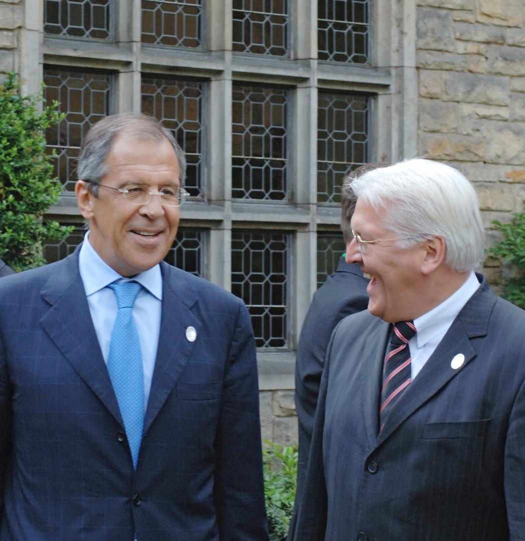 Der russische Außenminister lacht gern und viel. Seine ausländischen Kollegen schätzen ihn dafür. Der ehemalige deutsche Außenminister Frank-Walter Steinmeier und Lawrow wirkten in manchen Momenten fast schon kumpelhaft. Aufgenommen 2007.