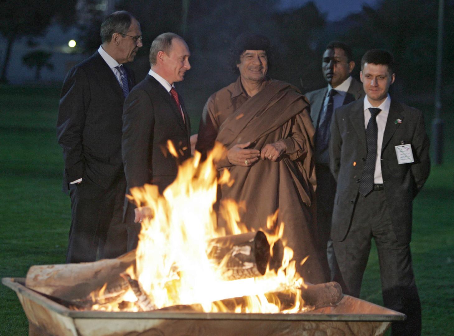 Der russische Außenminister Sergej Lawrow und Russlands Präsident Wladimir Putin treffen Muammar Gaddafi in Tripolis 16. April 2008.