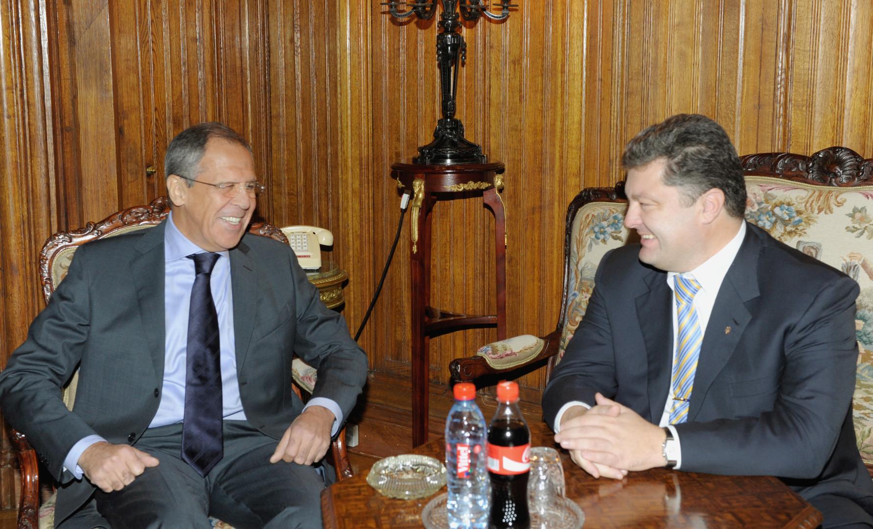 Heute eine beinahe undenkbare Aufnahme. Der damalige ukrainische Außenminister und heutige Präsident Petro Poroschenko in bester Laune bei einem Treffen mit Lawrow in Moskau am 23. Oktober 2009.