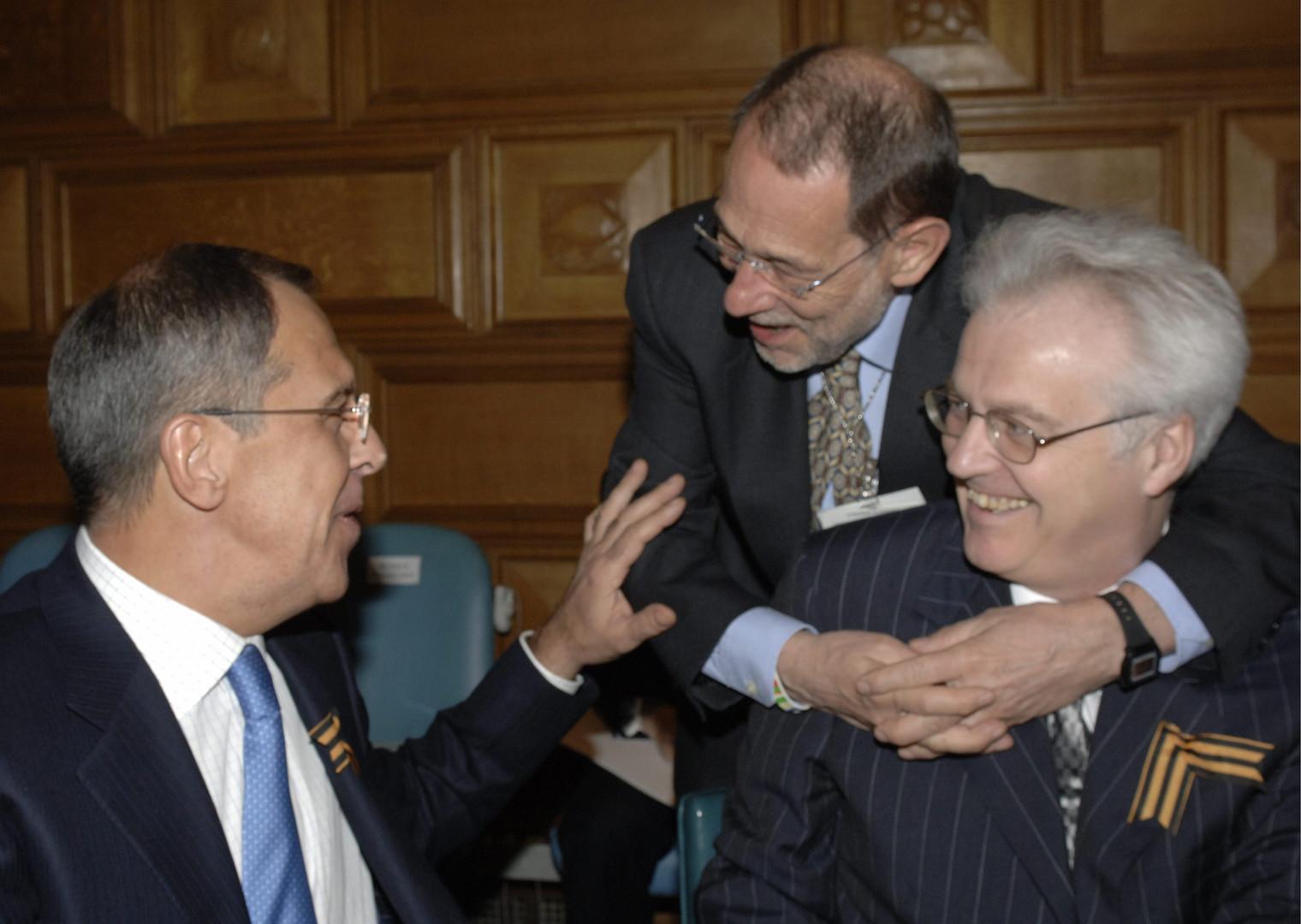 Der russische Außenminister Sergej Lawrow, EU-Ratssekretär Javier Solana und Witali Tschurkin, russischer Botschafter bei den Vereinten Nationen, während einer Ministerkonferenz zum UN-Hauptquartier in New York City. Tschurkin starb letzten Monat überraschend, einen Tag vor seinem 65. Geburtstag.