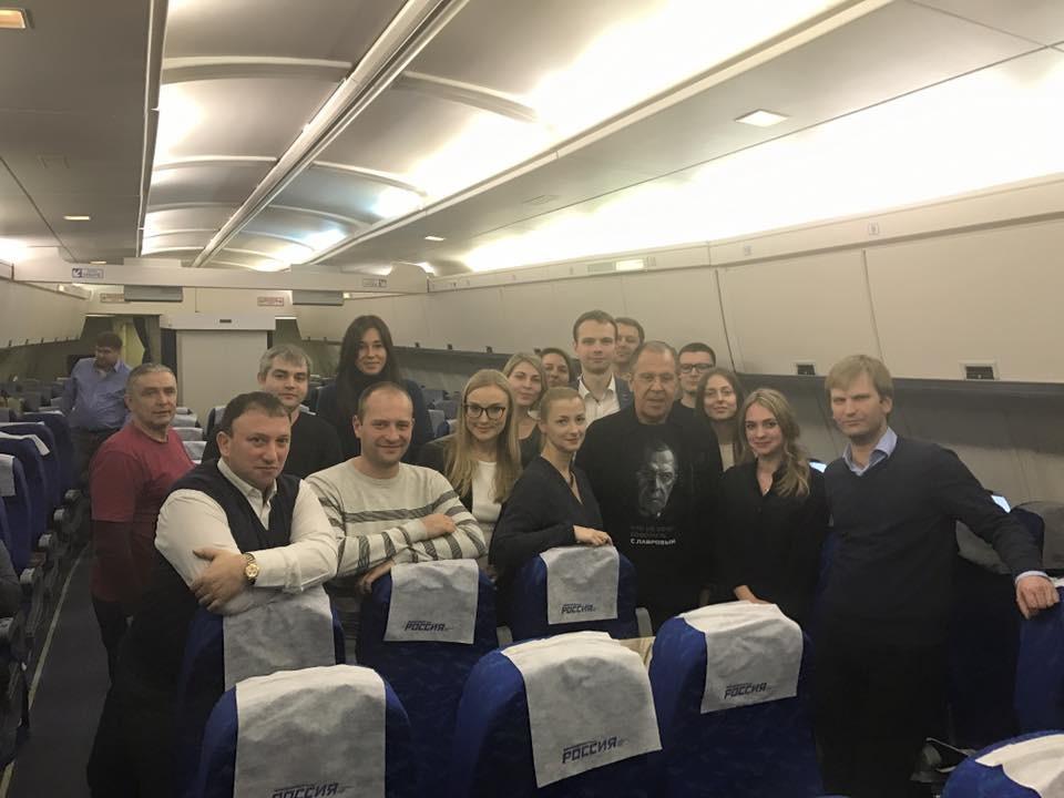 Lawrows Kollegen zelebrieren seinen 67. Geburtstag im Flugzeug.