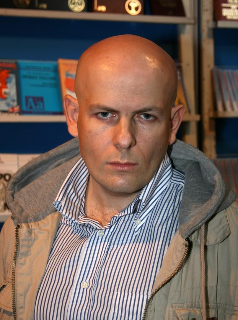 Oles Busyna, Journalist, Schriftsteller und Moderator. Er starb am 16. April 2015. Busyna wurde vor dem Eingang seines Hauses in Kiew erschossen.