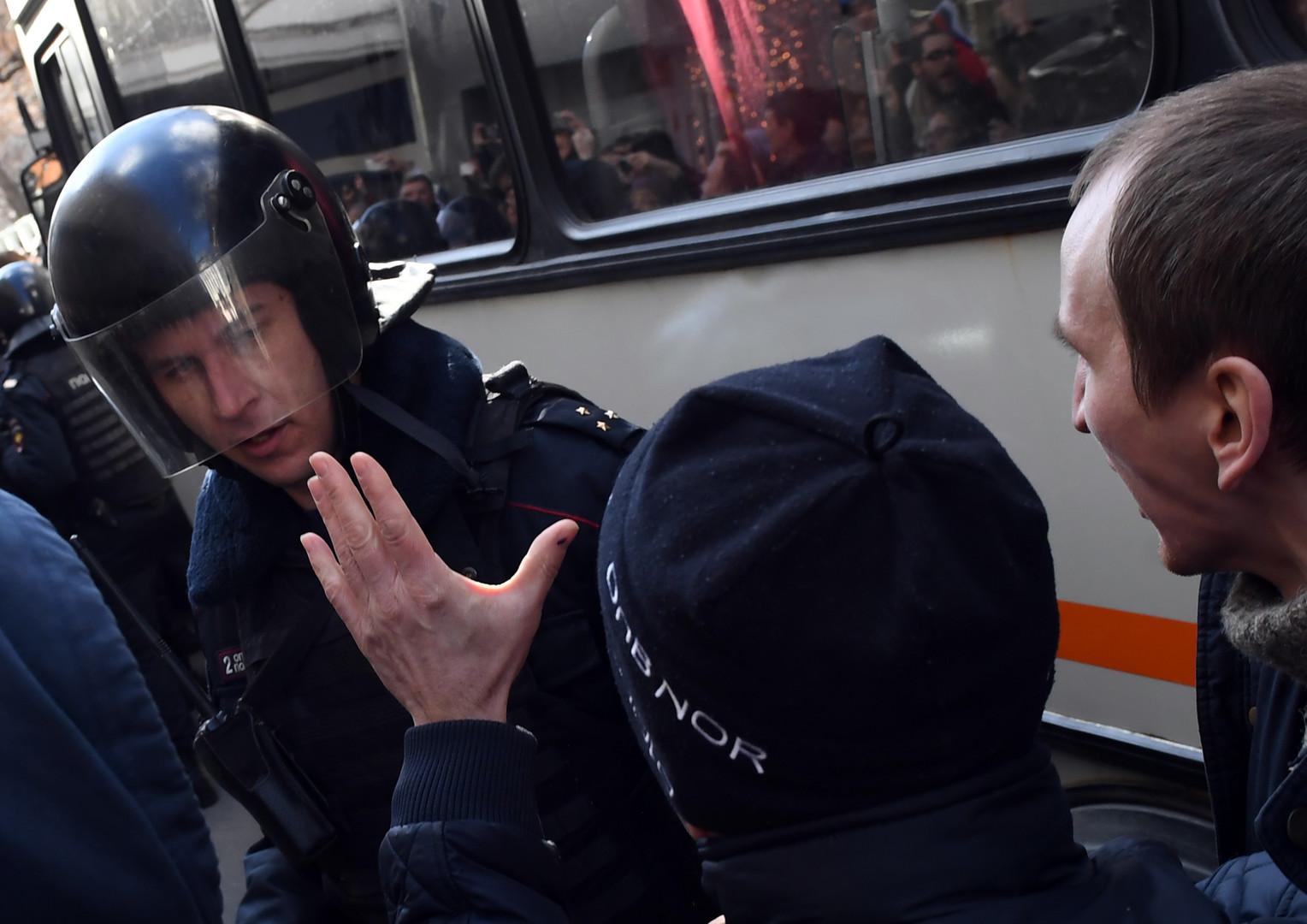 Teilnehmer der nicht genehmigten Anti-Korruptions-Demonstration vom 26. März 2017 treffen am Trimfalnaja Platz auf Polizisten.