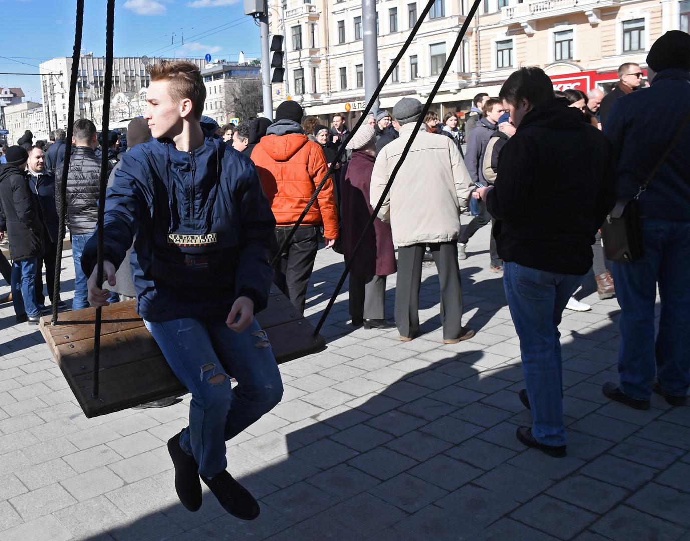 Teilnehmer der nicht genehmigten Anti-Korruptions-Demonstration vom 26. März 2017 am Trimfalnaja Platz.