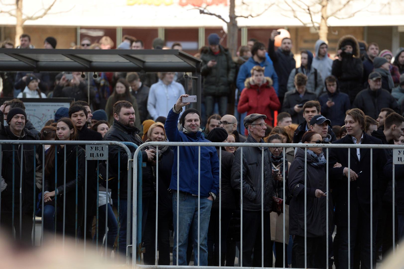 Passanten beobachten nicht genehmigte Demonstration am Trimfalnaya Platz in Moskau am 26. März 2017.