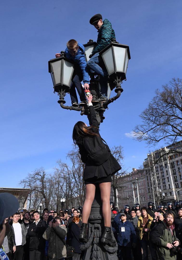 Teilnehmer der nicht genehmigten Anti-Korruptions-Demonstration am Puschkin Platz in Moskau am 26. März 2017.
