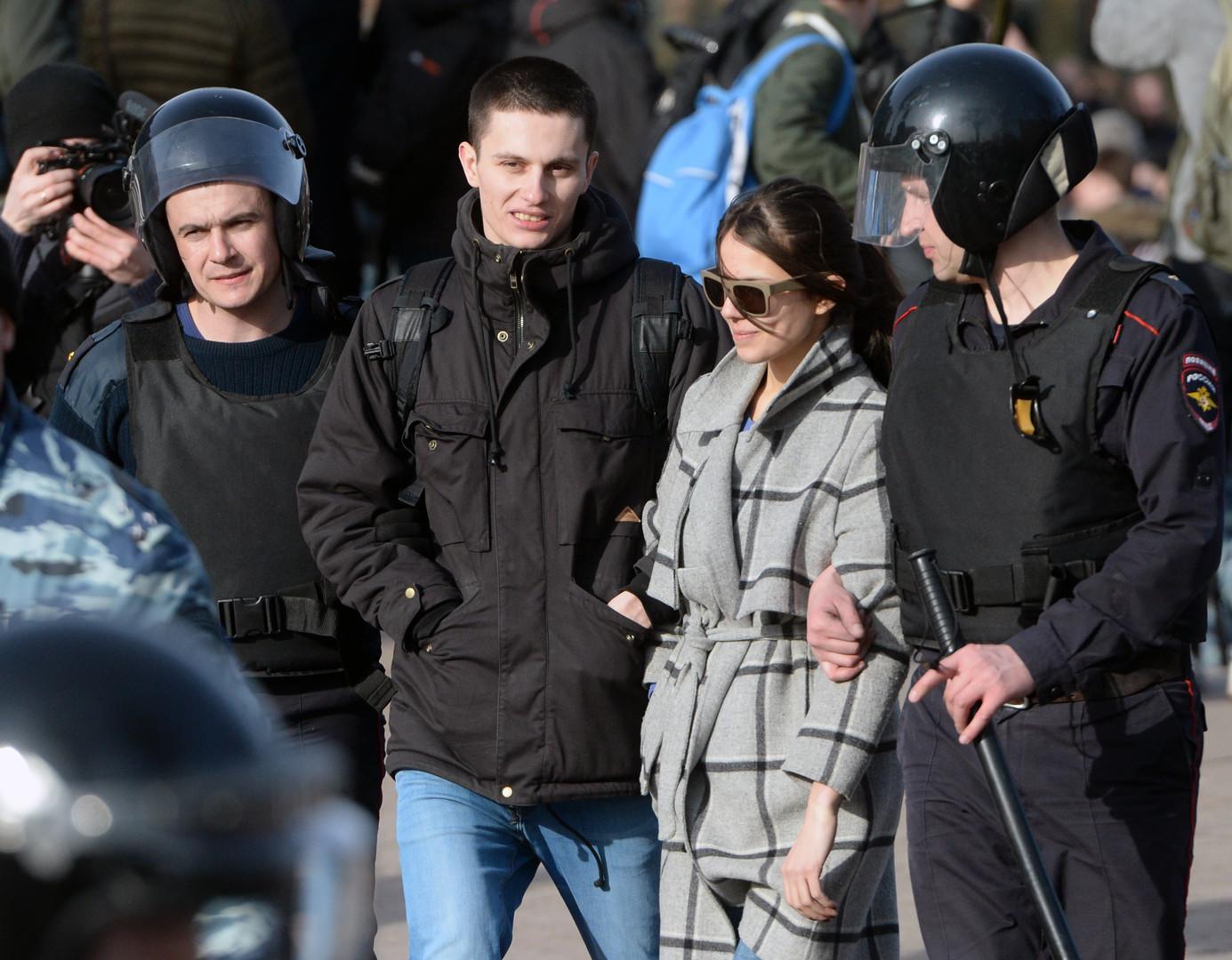 Teilnehmer der nicht genehmigten Anti-Korruptions-Demonstration treffen am Puschkin Platz in Moskau am 26. März 2017 auf Polizisten.