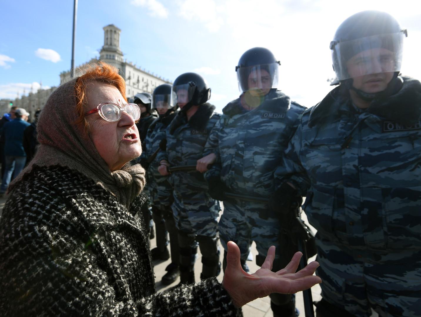 Teilnehmer der nicht genehmigten Anti-Korruptions-Demonstration und Polizisten am Puschkin Platz in Moskau am 26. März 2017.