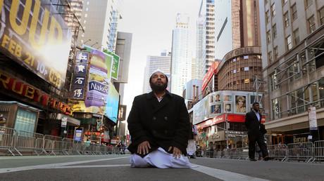 Ein muslimischer Mann kniet auf dem Broadway zum Gebet anlässlicher einer Demonstration unter dem Motto: