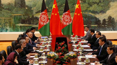 Der chinesische Präsident Xi Jinping (3. von rechts) und afghanische Delegierte bei einem Treffen in Peking, China, 17. Mai 2016.