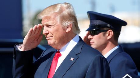 Donald Trump grüßt eine militärische Ehrenformation beim Besuch bei Boeing im Bundesstaat South Carolina, North Charleston, 17.  Februar 2017.
