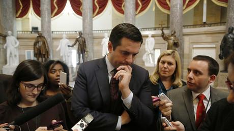 Der Vorsitzende des US House Intelligence Committee, Devin Nunes, umringt von Journalisten.
