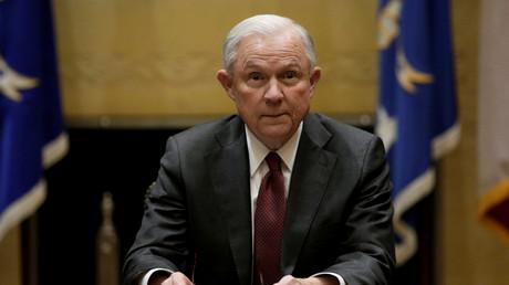 Der neue Justizminister Jeff Sessions soll wegen angeblicher Kontakte zu Russland zurücktreten, fordert die Demokratische Partei.