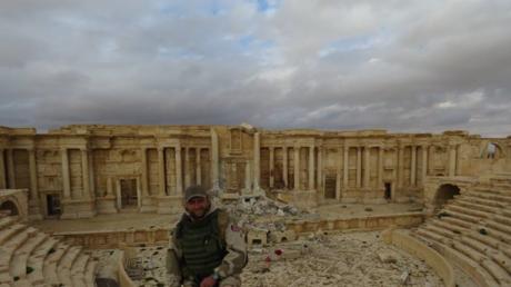 Römisches Theater in Palmyra und syrischer Soldat.