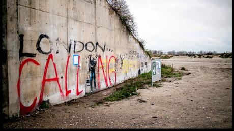 Französische Behörden verbieten, Lebensmittel unter Migranten in Calais zu verteilen