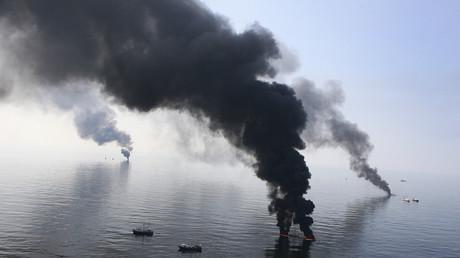 Kontrolliertes Abbrennen von ausgeflossenem Öl im Golf von Mexiko; 13. Juni 2010.