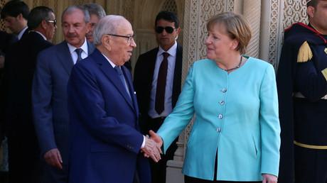 Deutschland wird tunesische Flüchtlinge künftig zügiger abschieben können. Der tunesische Präsident Beji Caid Essebsi und Angela Merkel in Tunis.