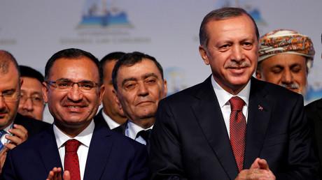 Die Erklärung der Stadt Gaggenau, sie könnte die geplante Versammlung mit dem türkischen Justizminister Bekir Bozdag nicht absichern, will man in der Türkei nicht gelten lassen. Auch Oppositionspolitiker betrachten das Auftrittsverbot als feindseligen Akt gegen die Türkei.