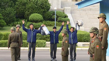 Drei Nordkoreaner werden von Südkorea über die DMZ, die Demilitarisierte Zone, an Nordkorea rücküberführt, nachdem sie Schiffbruch erlitten hatten und von südkoreanischen Einheiten gerettet wurden; 5. Juli 2013