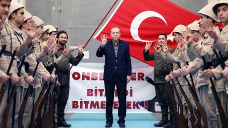 Erdoğan erntete heftige Kritik für seinen Nazi-Vergleich. Die Reaktion der Bundesregierung war dagegen verhältnismäßig mild.