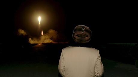 Der nordkoreanische Führer Kim Jong-Un beobachtet einen Raketenstart, Nordkorea; 11. März 2016.