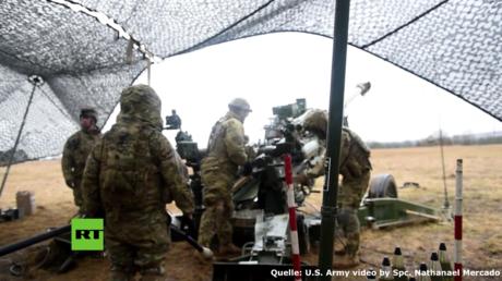 US-Soldaten trainieren Artillerie-Feuer in Grafenwöhr.