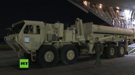 Erste Teile des US-Raketensystems THAAD werden in Südkorea ausgeladen.