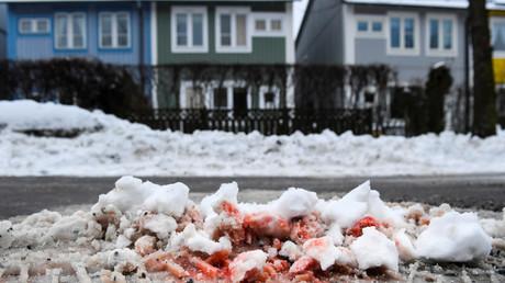 Eine Blutspur im Schnee, wo zwei Männer in der Nacht vom Mittwoch auf Donnerstag erschossen wurden; Kista, Stockholm, Schweden, 9. März 2017.