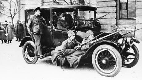 Die bewaffneten Revolutionäre bewachen das Kirier-Automobil der Provisorischen Regierung am 2. März 1917 in Petrograd.