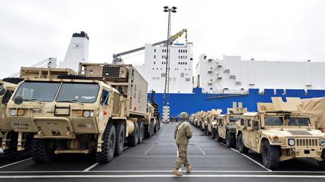 US-Panzerfahrzeuge während der Verladung in Bremerhaven