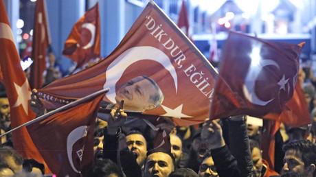 AKP-Anhänger versammeln sich vor türkischem Konsulat in Rotterdam.